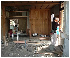 サッシ窓の枠の取付作業
