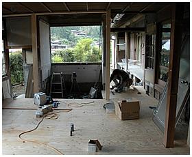 構造用合板の張り付け作業