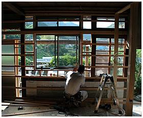 北側サッシ窓の取付作業