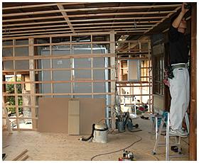 天井下地の取付作業