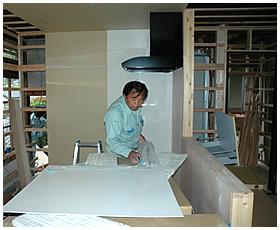 システムキッチンの組立作業