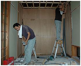 押入れ部分の解体作業