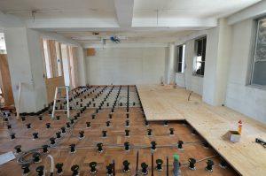 給排水用の配管スペースを確保するため床の高 さを約10cm持ち上げます