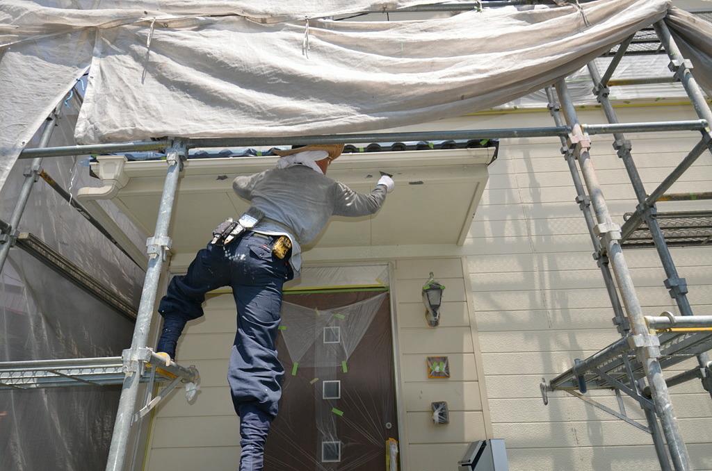 鉄骨の塗料を剥がして下地を整える