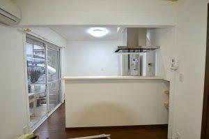 長い間夢にまで描いてきた対面式キッチンがついに完成しました。天井や壁のクロスも張り替え、DK全体がさらに明るくなりました。